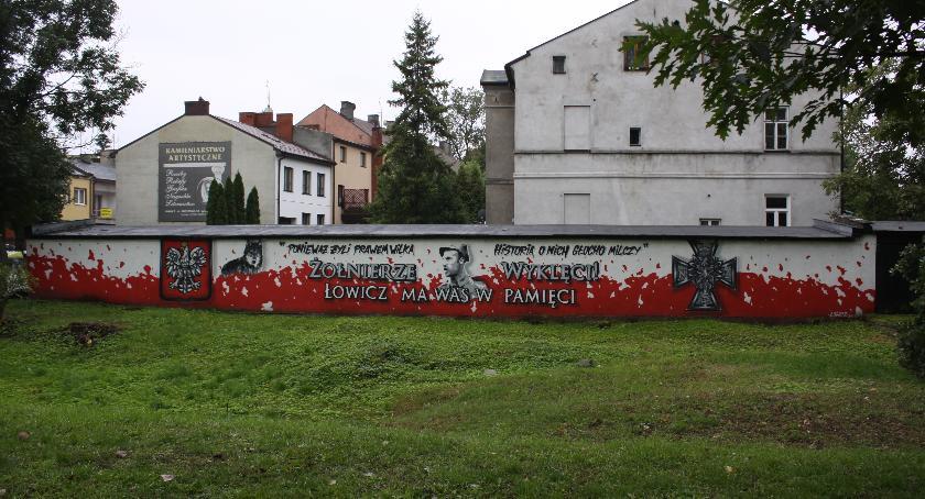 Urząd Miejski, Patriotyczny mural Łowiczu stulecie odzyskania niepodległości - zdjęcie, fotografia