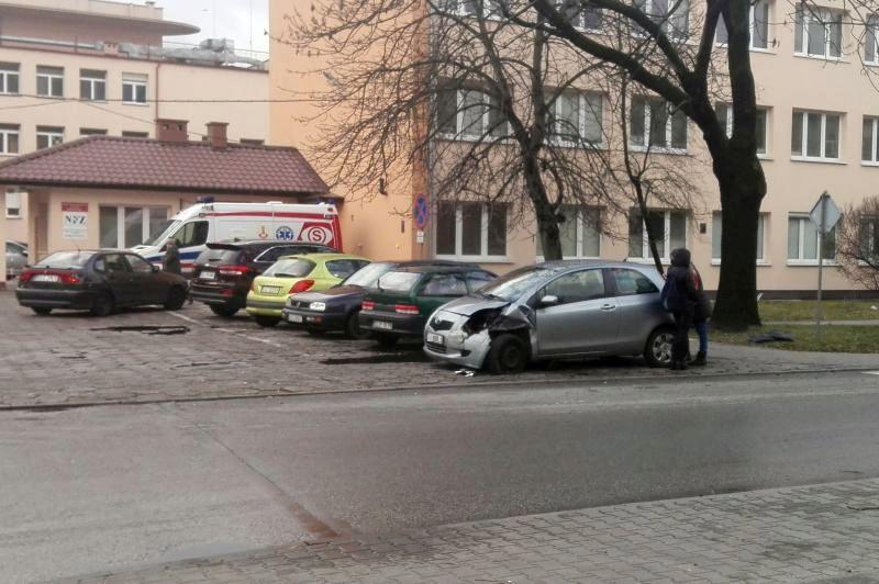 Wypadki i kolizje, Kolizje Nieborowie przed łowickim szpitalem - zdjęcie, fotografia