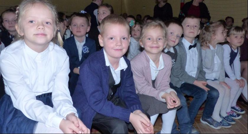 Edukacja, Potrójna uroczystość Szkole Podstawowej Bobrownikach - zdjęcie, fotografia
