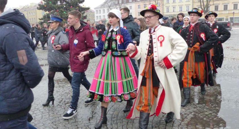 Edukacja, Pójdą poloneza Starym Rynku Łowiczu - zdjęcie, fotografia