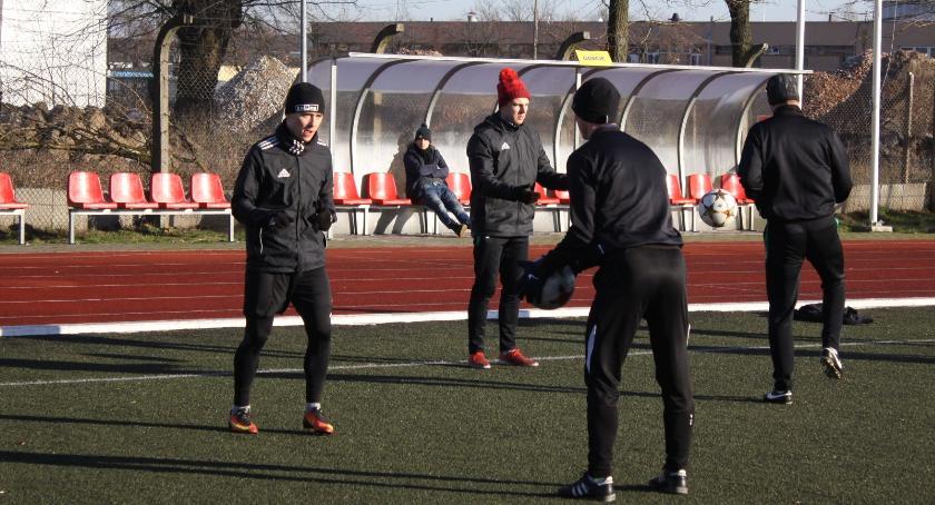 Piłka nożna, Pelikan wznowił treningi piłkarze pierwszych zajęciach - zdjęcie, fotografia