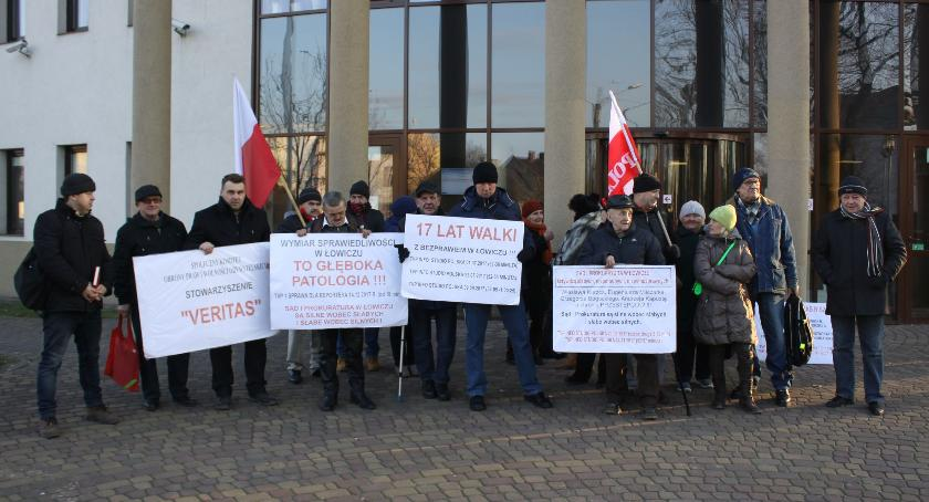 Z sali rozpraw, Kolejna pikieta Sądem Rejonowym Łowiczu - zdjęcie, fotografia