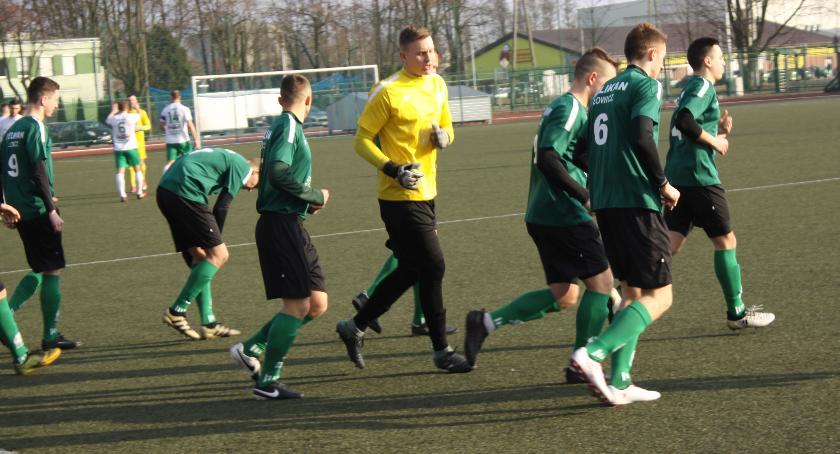 Piłka nożna, Remis zaległym meczu Pelikana - zdjęcie, fotografia