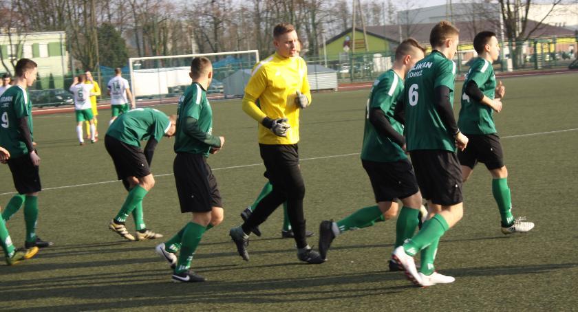 Piłka nożna, Pierwsza wiosenna porażka rezerw Pelikana - zdjęcie, fotografia