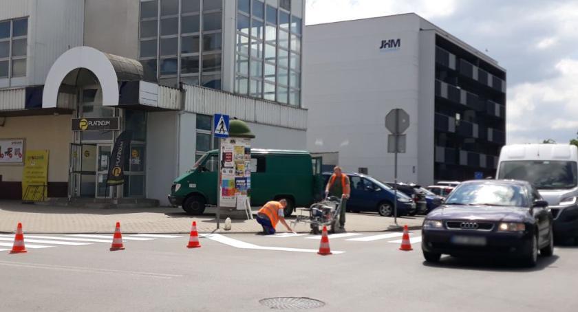 Gospodarka, odnawia poziome oznakowanie drogowe - zdjęcie, fotografia