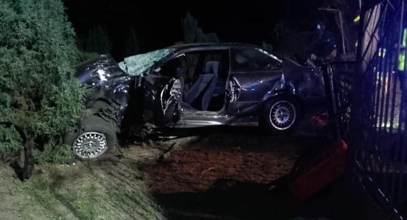Wypadki i kolizje, Wypadek Łowiczem Kierowca uderzył drzewo - zdjęcie, fotografia