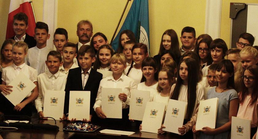 Edukacja, Stypendia naukowe burmistrza Łowicza rozdane - zdjęcie, fotografia