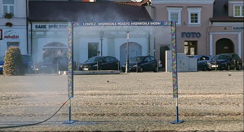 Gospodarka, Nowym Rynku stanęła łowicka bramka zraszająca - zdjęcie, fotografia