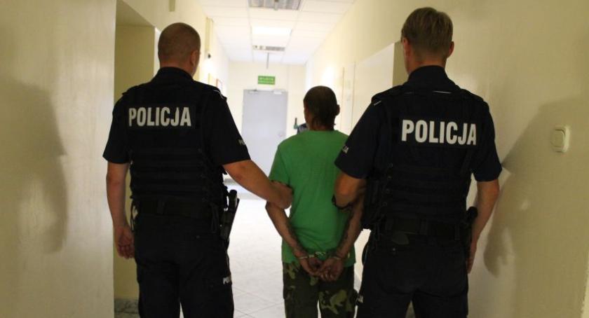 Kronika policyjna, latek Łowicza odpowie czynną napaść policjanta - zdjęcie, fotografia