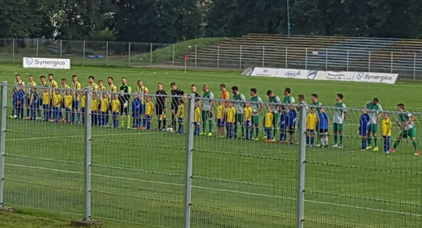 Piłka nożna, Porażka Pelikana derbach regionu remis Sokołem - zdjęcie, fotografia