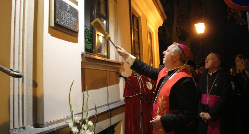 Kościół, Nuncjusz apostolski Salvatore Pennacchio odsłonił Łowiczu pamiątkową tablicę - zdjęcie, fotografia