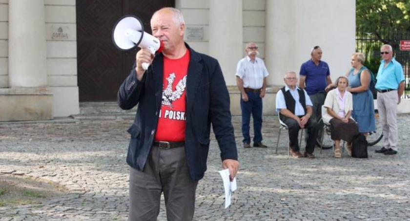 Wybory 2018, Wojciech Gędek odzyskał taczkę jednak stanie wyborczej walki fotel burmistrza - zdjęcie, fotografia