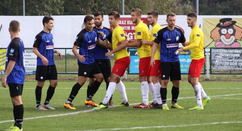 Piłka nożna, Sześć meczu Pelikana Twierdza Łowicz wciąż niezdobyta (ZDJĘCIA) - zdjęcie, fotografia
