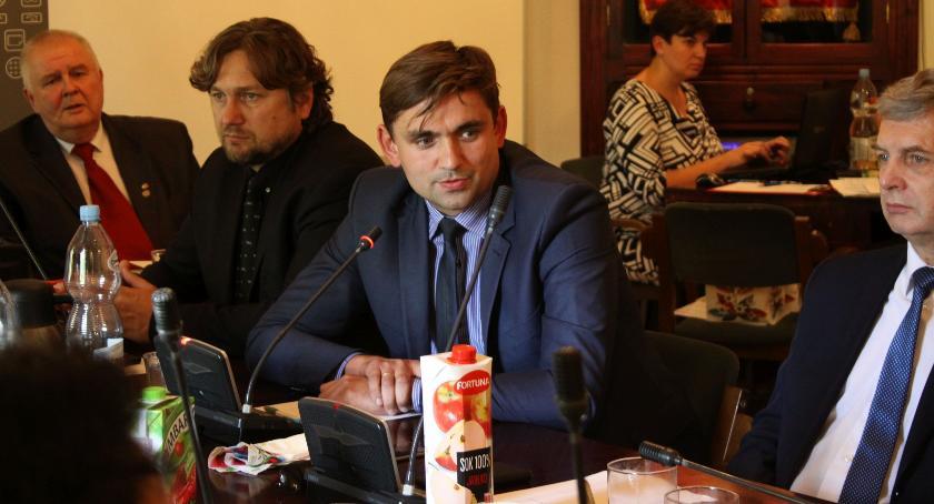 Urząd Miejski, Burzliwie ratuszu Dyrektorka przedszkola oskarża radnego zniesławienie - zdjęcie, fotografia