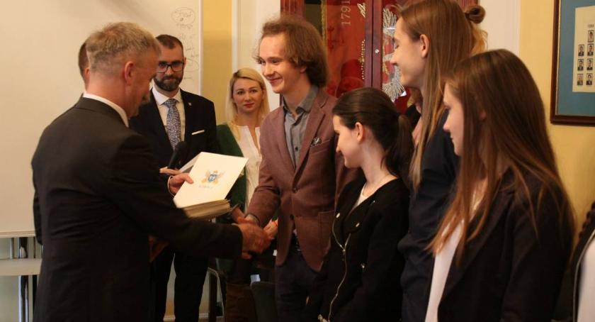 Urząd Miejski, Łowicz ostatnie składanie wniosków stypendium artystyczne - zdjęcie, fotografia