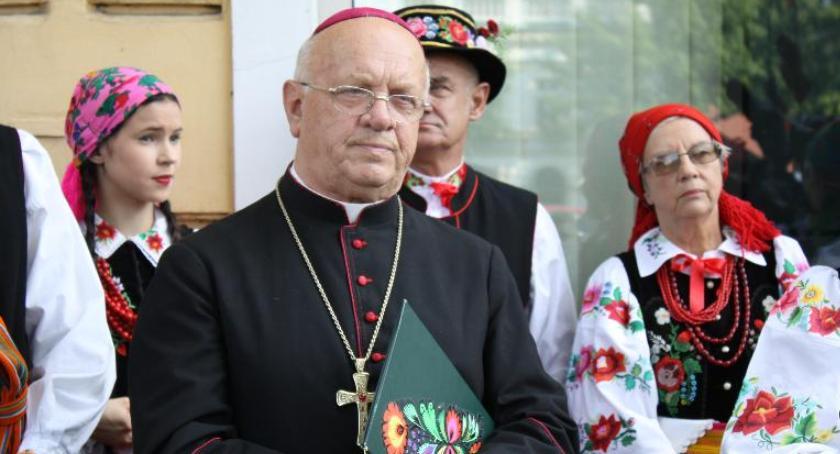 Kościół, Biskup Józef Zawitkowski czuje coraz lepiej Wrócił - zdjęcie, fotografia