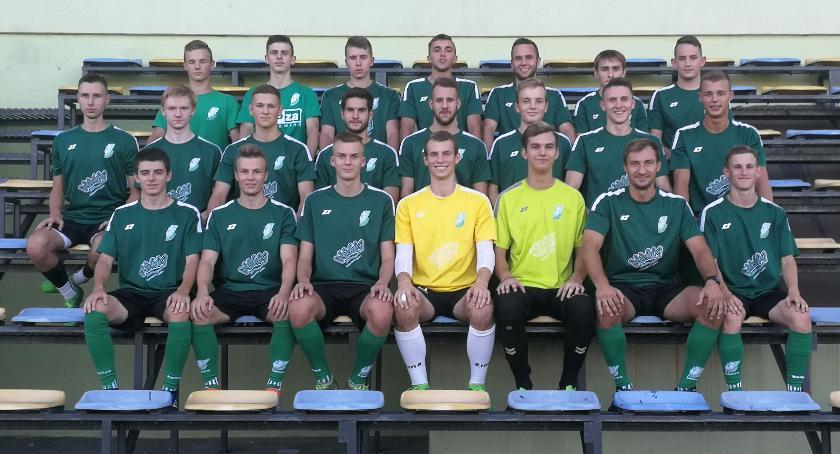 Piłka nożna, Pelikan dołku Przegrał najsłabszą drużyną lidze - zdjęcie, fotografia