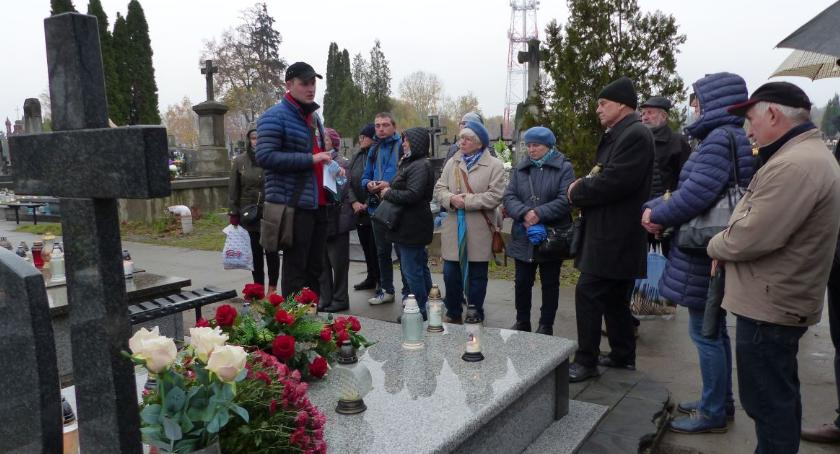 Stowarzyszenia, Spacerowali cmentarzu katedralnym Łowiczu - zdjęcie, fotografia