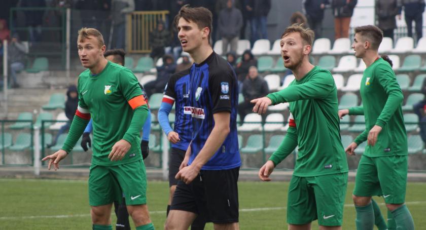 Piłka nożna, Słaby występ Pelikana Łowiczanie przegrali Świtem - zdjęcie, fotografia