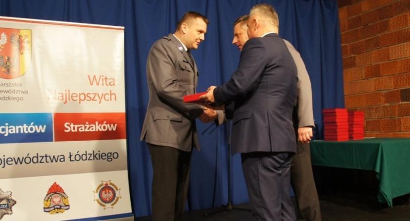 Komunikaty policji , Policjant Łowiczu nagrodzony bohaterską postawę - zdjęcie, fotografia