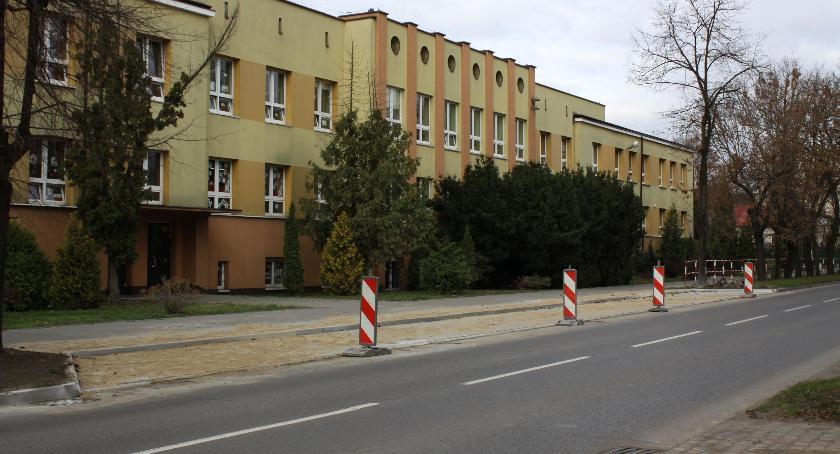 Inwestycje, Zatoka parkingowa przed Łowiczu ukończona Kiedy będzie można parkować - zdjęcie, fotografia