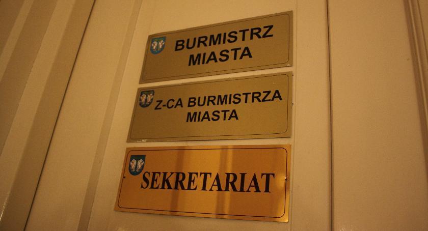 Urząd Miejski, oficjalnie burmistrz Łowicza będzie miał dwóch zastępców - zdjęcie, fotografia