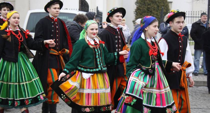 Edukacja, Maturzyści zatańczą poloneza Starym Rynku - zdjęcie, fotografia