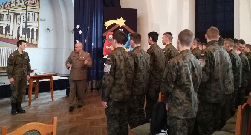 Edukacja, Klasy mundurowe ćwiczyły regulaminy wojskowe - zdjęcie, fotografia