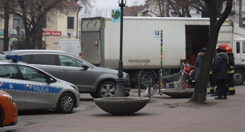 Wypadki i kolizje, skasowało parkomat Nowym Rynku Łowiczu - zdjęcie, fotografia