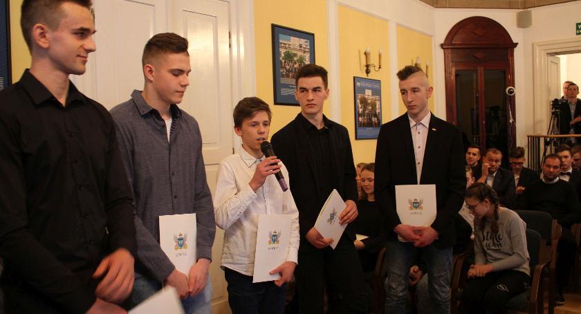 Urząd Miejski, Władze Łowicza nagrodziły sportowców trenerów młodzież uzdolnioną artystycznie (ZDJĘCIA) - zdjęcie, fotografia