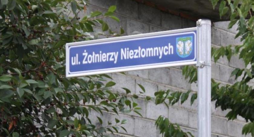 Urząd Miejski, Sprawa spornej nazwy ulicy łowickich Górkach znowu trafi sądu - zdjęcie, fotografia