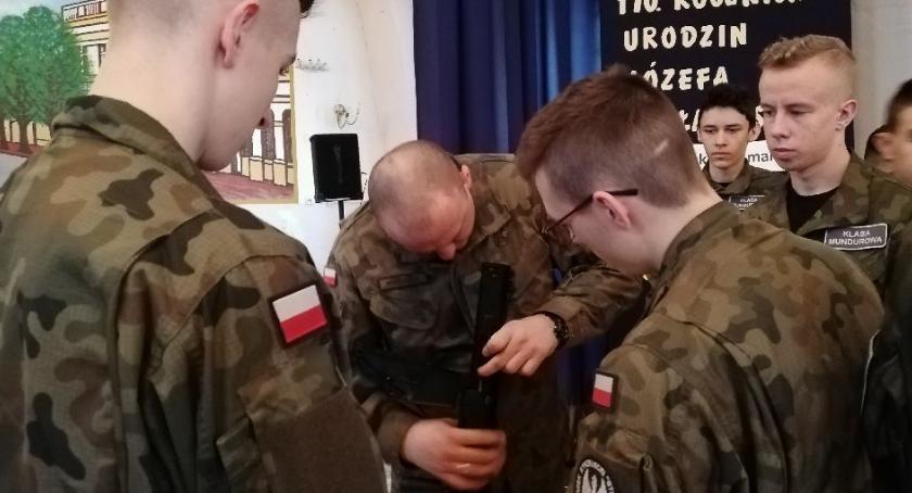 Edukacja, Uczniowie mundurowych spotkaniu Łódzką Brygadą Obrony Terytorialnej - zdjęcie, fotografia