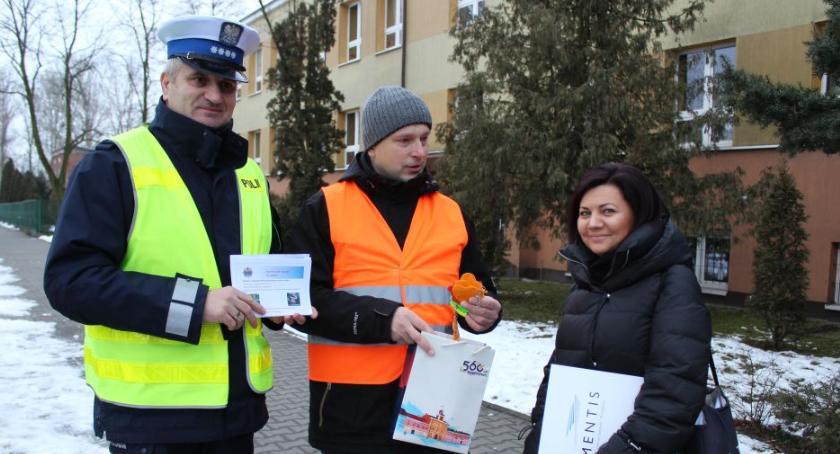 Komunikaty policji , Bezpieczny mały pasażer akcja edukacyjna przed Łowiczu - zdjęcie, fotografia