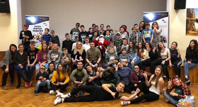 Edukacja, organizatorem kolejnej zabawy choinkowej podopiecznych Kiernozi - zdjęcie, fotografia
