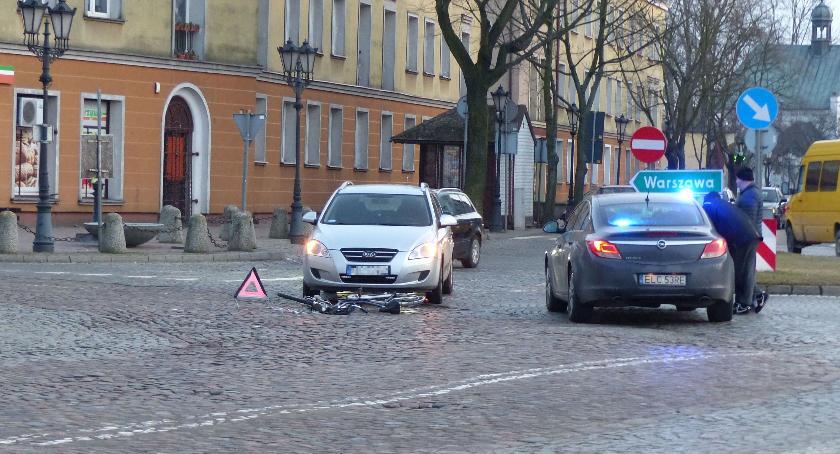 Wypadki i kolizje, Wypadek centrum Łowicza Ranna letnia rowerzystka - zdjęcie, fotografia