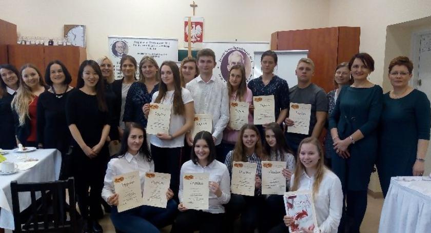 Edukacja, Sukces uczennic międzyszkolnym konkursie - zdjęcie, fotografia