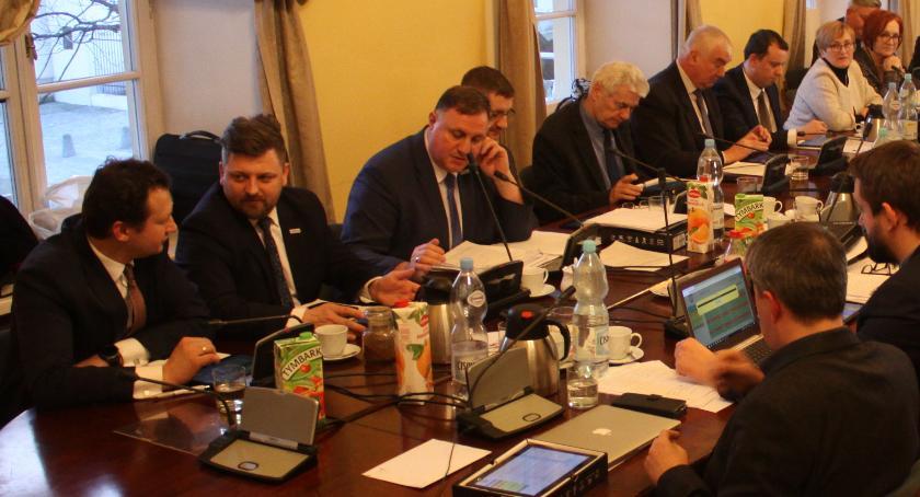 Urząd Miejski, burmistrza Łowicza trafił wniosek sprzedaży mieszkań komunalnych najemcom - zdjęcie, fotografia