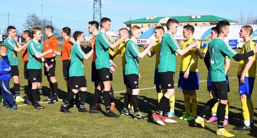 Piłka nożna, Rezerwy Pelikana rozpoczęły rundę wiosenną dwóch porażek - zdjęcie, fotografia