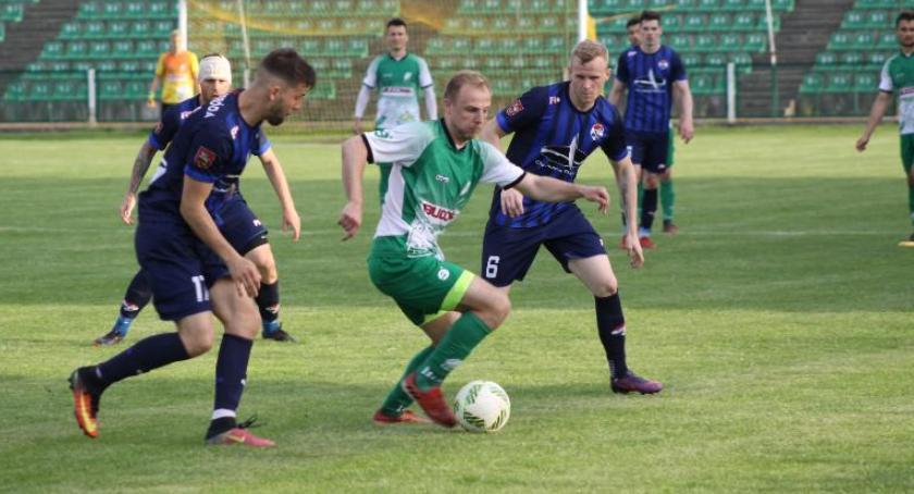 Piłka nożna, Podział punktów meczu Pelikana Rywale wykorzystali rzutu karnego - zdjęcie, fotografia