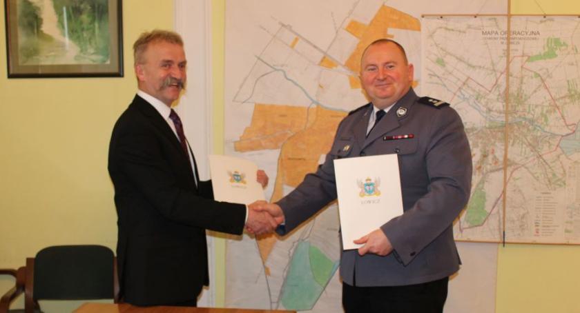 Urząd Miejski, kwietnia więcej pieszych patroli Łowiczu - zdjęcie, fotografia