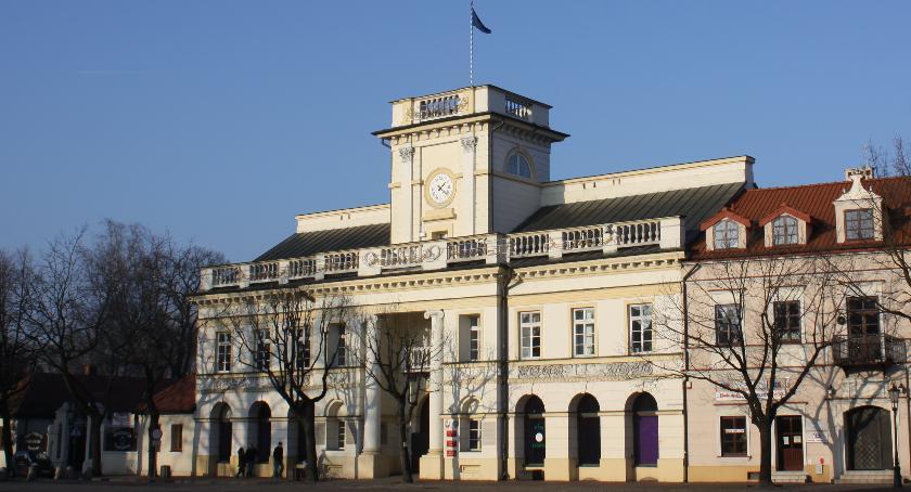 Urząd Miejski, Jakiego koloru elewacja ratusza Łowiczu SONDA - zdjęcie, fotografia