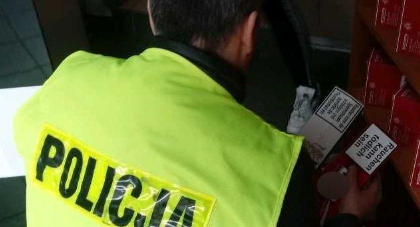 Kronika policyjna, Nielegalne papierosy sklepie centrum Łowicza - zdjęcie, fotografia