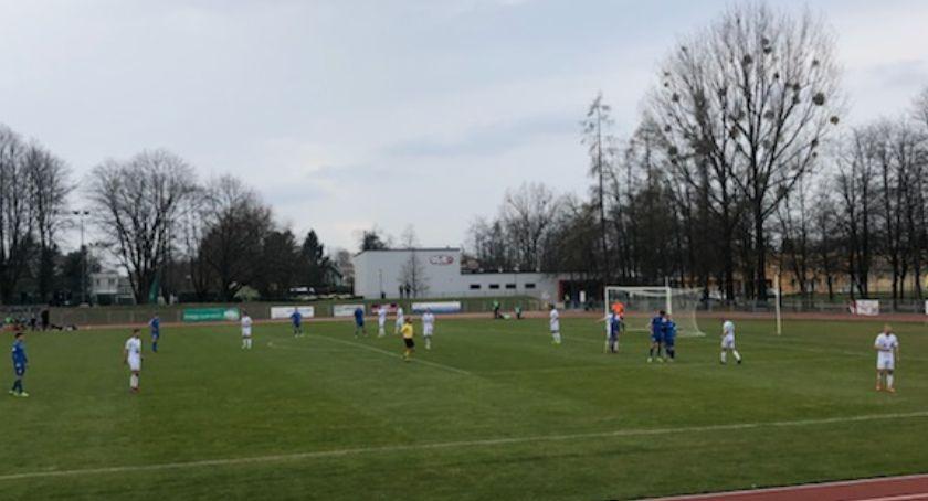 Piłka nożna, Cenny punkt wyjeździe Pelikana - zdjęcie, fotografia