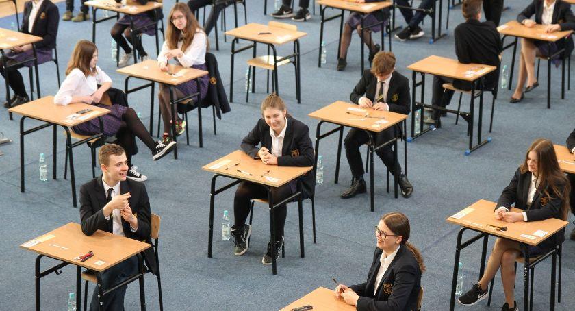 Edukacja, Trzeci dzień egzaminu ósmoklasisty Łowiczu (ZDJĘCIA) - zdjęcie, fotografia