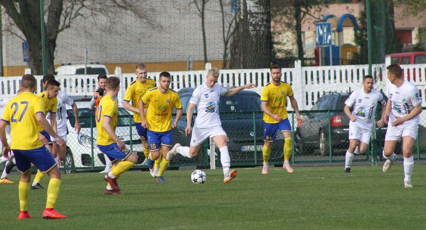 Piłka nożna, Porażka Pelikana derbach regionu (DUŻO ZDJĘĆ) - zdjęcie, fotografia