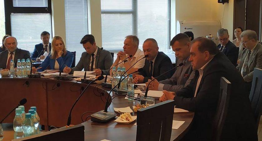 Starostwo Powiatowe, Powiatu Łowickiego przyjęła uchwałę wprowadzeniu Samorządowej Karty Rodzin - zdjęcie, fotografia