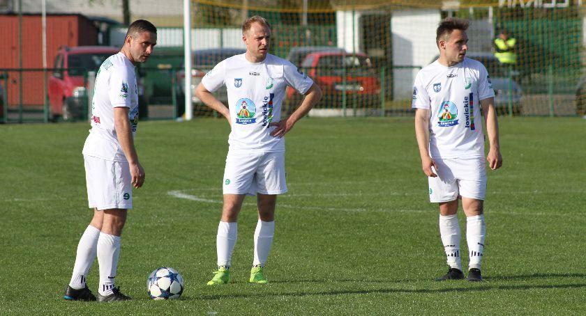 Piłka nożna, Niewykorzystany karny minimalna porażka Pelikana liderem - zdjęcie, fotografia
