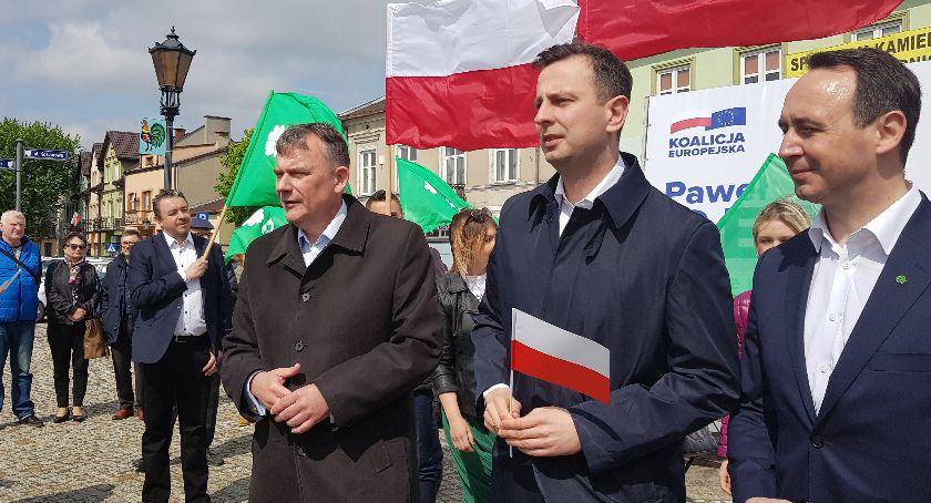 Uroczystości patriotyczne, Władysław Kosiniak Kamysz rozdawał Łowiczu flagi narodowe promował kandydata ludowców europosła - zdjęcie, fotografia