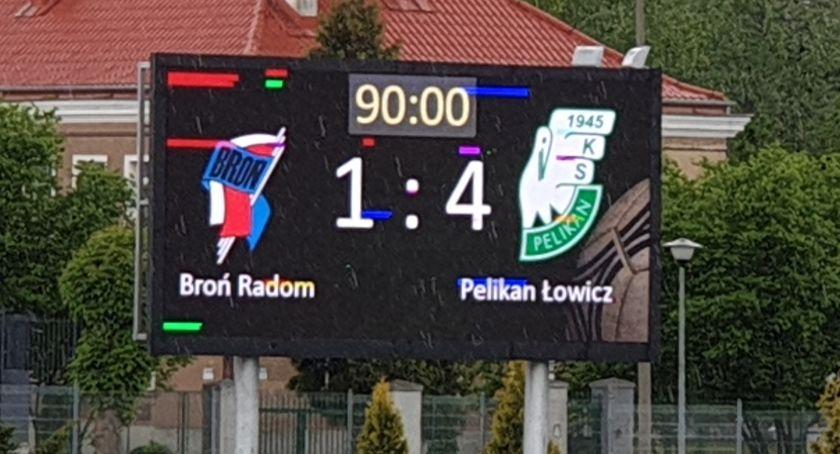 Piłka nożna, Cztery bramki Pelikana Radomiu Druga wygrana rzędu biało zielonych - zdjęcie, fotografia