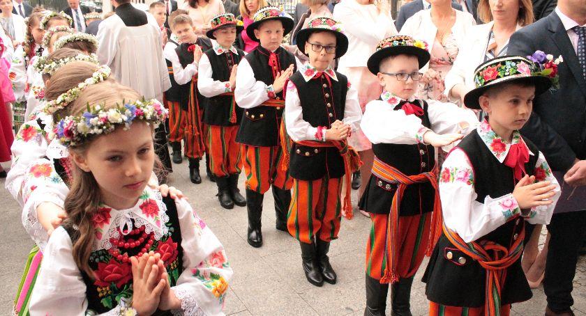 Kościół, Rozpoczęły Pierwsze Komunie Święte Łowiczu (ZDJĘCIA) - zdjęcie, fotografia